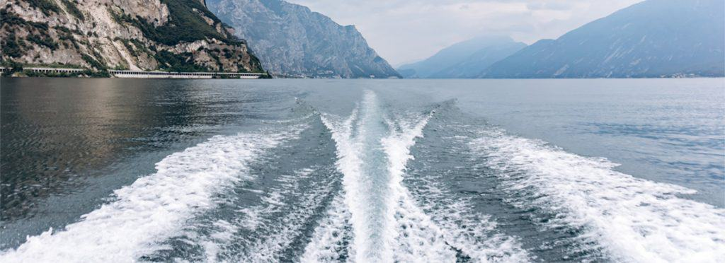 what causes a rooster tail on a boat
